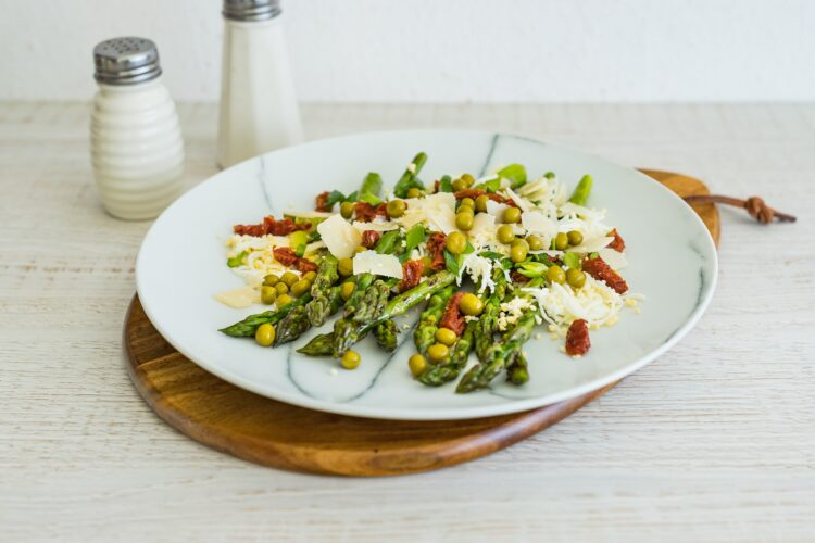 Grillowane szparagi z jajkiem, suszonymi pomidorami i groszkiem - Krok 4