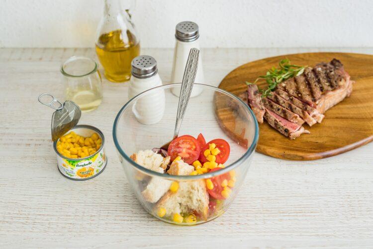 Włoska sałatka z pomidorów i chleba z kukurydzą i stekiem - Krok 5