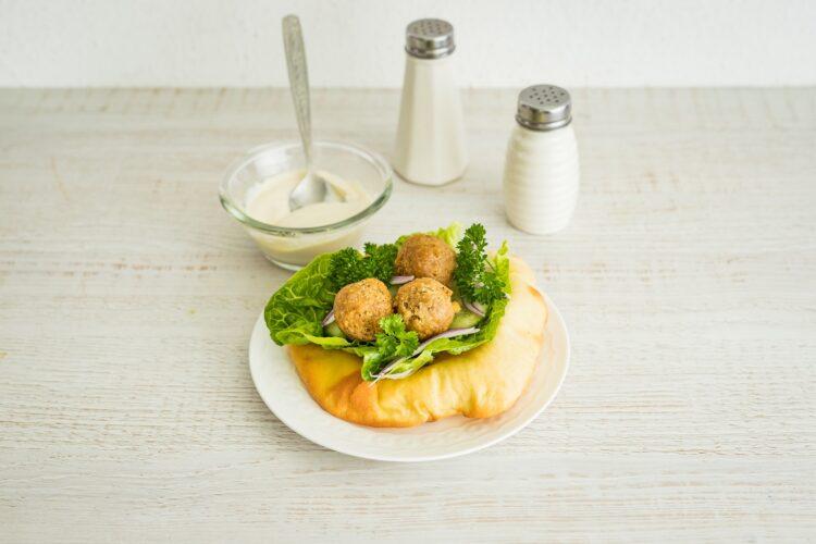Klasyczne falafele z sosem tahini i warzywami - Krok 5