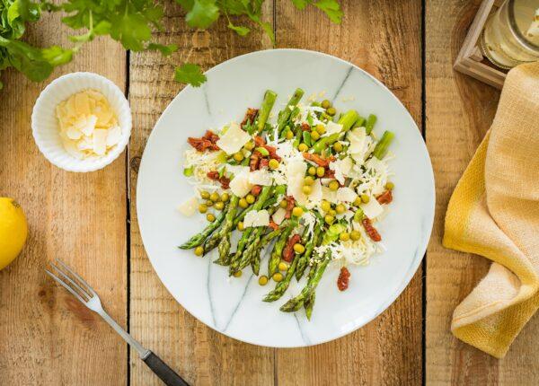 Grillowane szparagi z jajkiem, suszonymi pomidorami i groszkiem