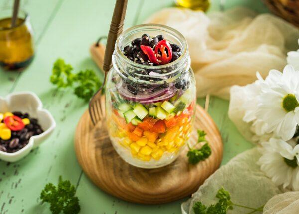Tęczowa sałatka z makaronem ryżowym