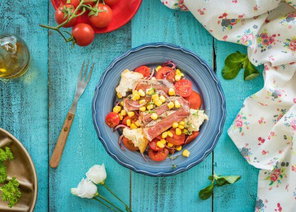Włoska sałatka z pomidorów i chleba z kukurydzą i stekiem