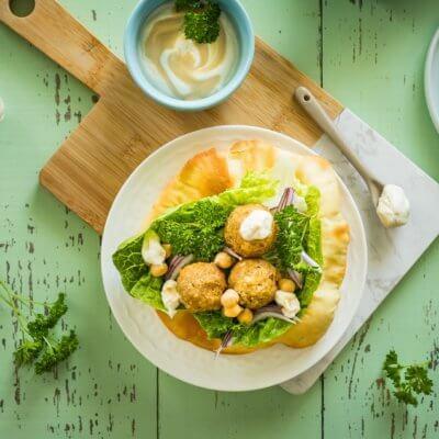 Klasyczne falafele z sosem tahini i warzywami