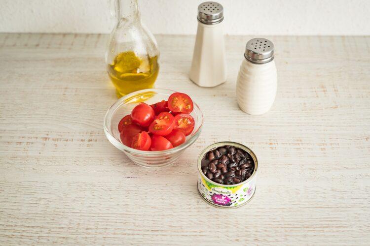 Sałatka tortellini z czarną fasolą, szpinakiem i pomidorami - Krok 4