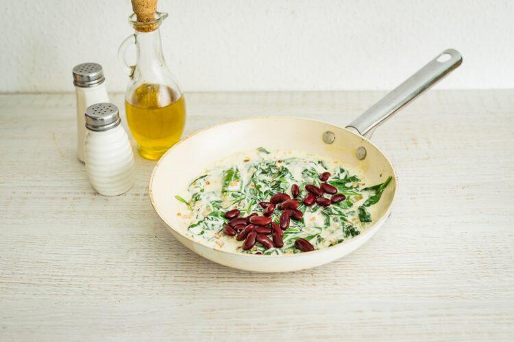 Makaron ze szpinakiem i czerwoną fasolą w sosie mascarpone - Krok 5