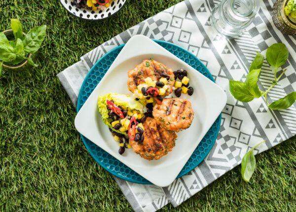 Burgery z łososia z sałatką z mango i czarnej fasoli