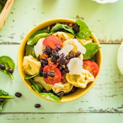 Sałatka tortellini z czarną fasolą, szpinakiem i pomidorami