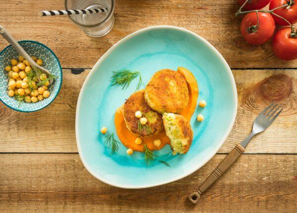 Kotlety ziemniaczane z cieciorką w sosie pomidorowym
