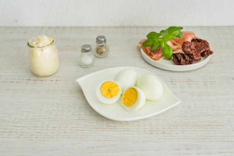 Wrapy z pastą jajeczną z suszonymi pomidorami, cieciorką i szynką parmeńską - Krok 1