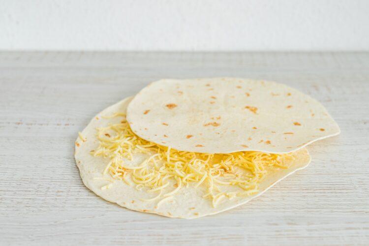 Grillowana pizza z tortilli z czarną fasolą, cheddarem i jalapeno - Krok 2