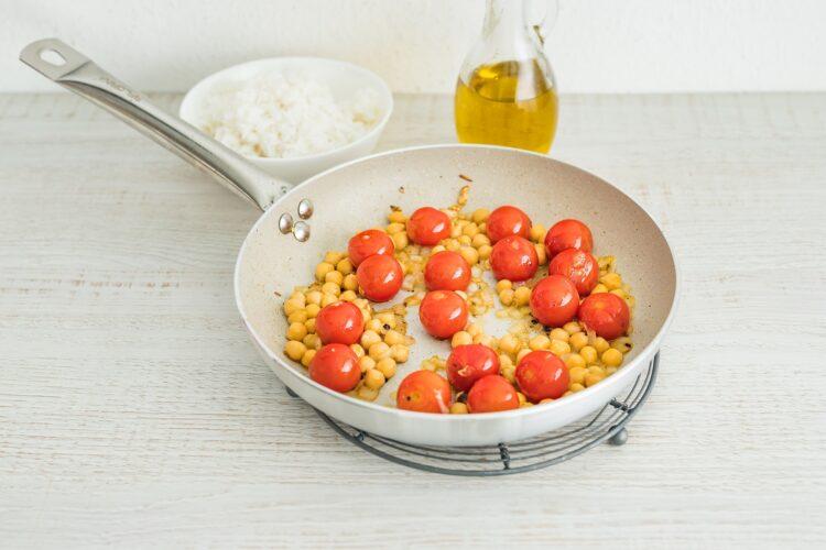 Ryż ze smażonymi pomidorami i cieciorką - Krok 3