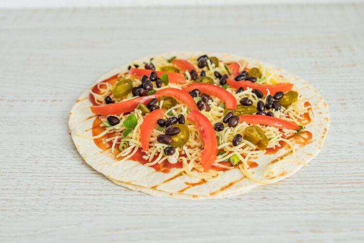 Grillowana pizza z tortilli z czarną fasolą, cheddarem i jalapeno - Krok 3