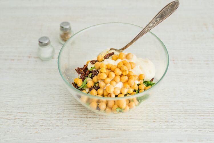 Wrapy z pastą jajeczną z suszonymi pomidorami, cieciorką i szynką parmeńską - Krok 3