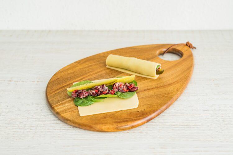 Roladki z sera ze szpinakiem, czerwoną fasolką i kiszonym ogórkiem - Krok 4