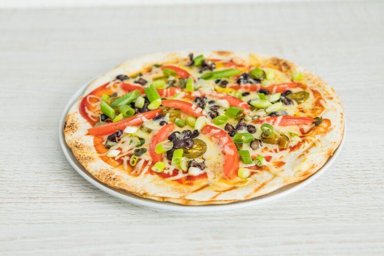 Grillowana pizza z tortilli z czarną fasolą, cheddarem i jalapeno - Krok 4