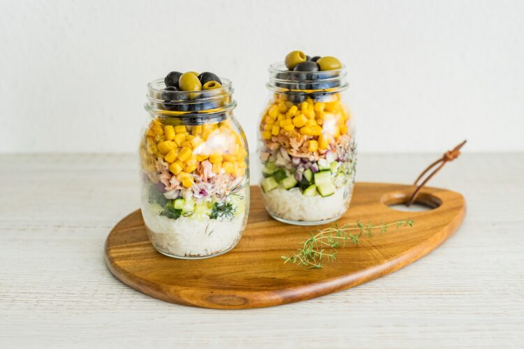 Warstwowa sałatka ryżowa z tuńczykiem i kukurydzą - Krok 4