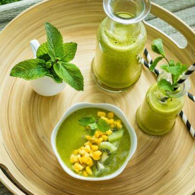Smoothie z jarmużu z kiwi, ananasem i kukurydzą