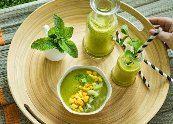 Smoothie z jarmu偶u z kiwi, ananasem i kukurydz膮