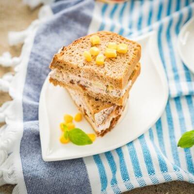 Kanapki z pastą z tuńczyka z ananasem, rodzynkami i kukurydzą