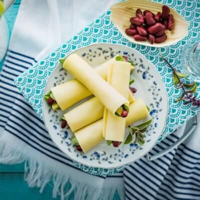 Roladki z sera ze szpinakiem, czerwoną fasolką i kiszonym ogórkiem