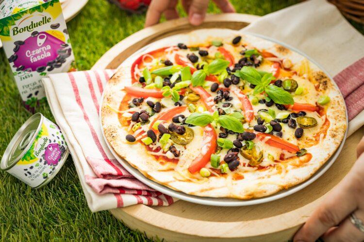 Grillowana pizza z tortilli z czarną fasolą, cheddarem i jalapeno