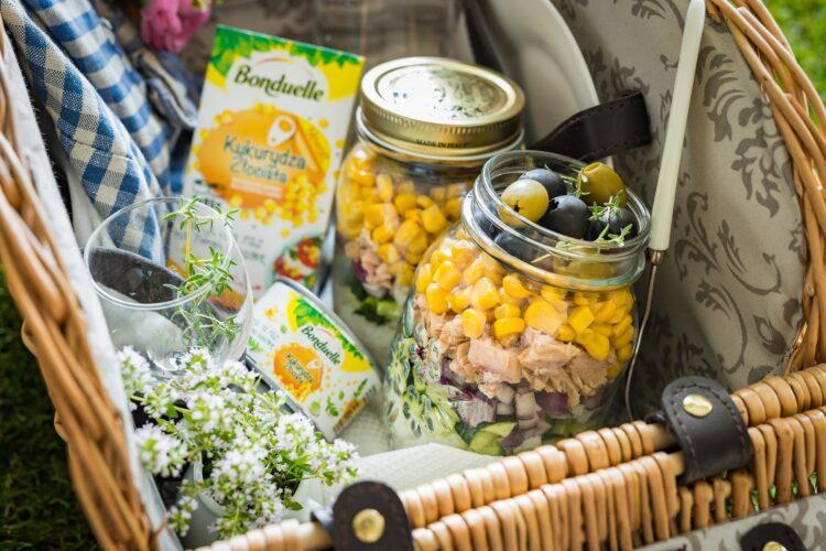 Warstwowa sałatka ryżowa z tuńczykiem i kukurydzą
