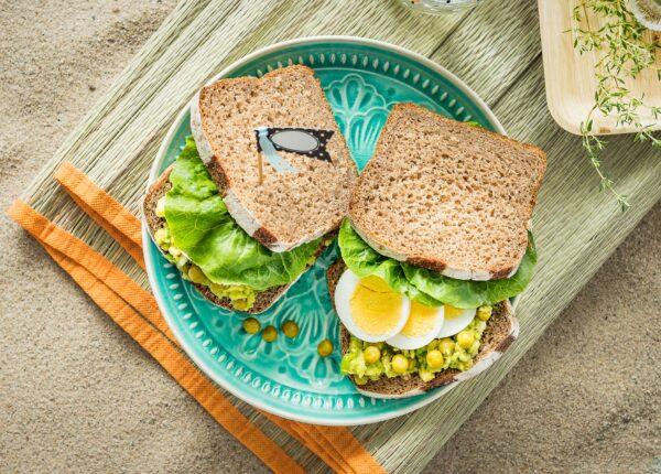 Kanapki z pastą z awokado, groszkiem, tymiankiem i jajkiem na twardo
