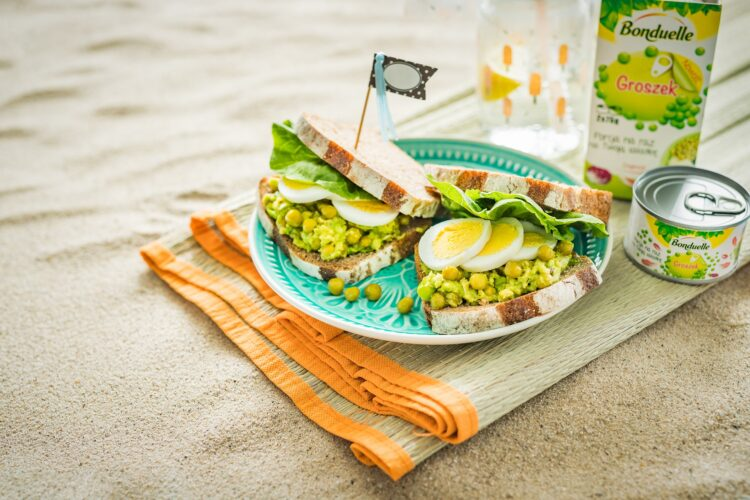 Kanapki z pastÄ… z awokado, groszkiem, tymiankiem i jajkiem na twardo