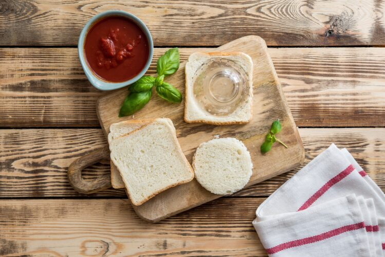 Pizzerinki z chleba tostowego z pomidorami i czarną fasolą - Krok 1