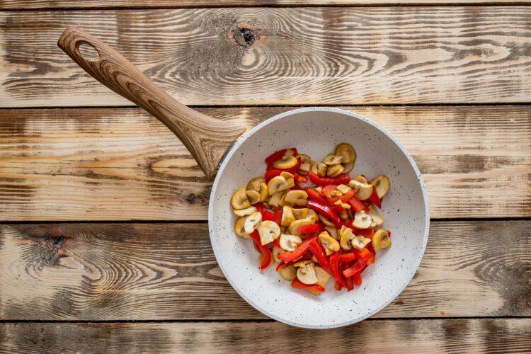 Makaron smażony z warzywami i jajkiem - Krok 2