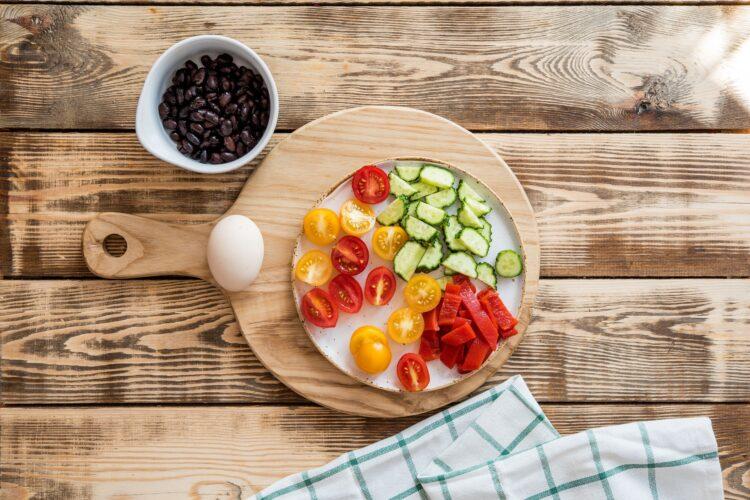 Sałatka makaronowa z ogórkiem, marynowaną papryką i czarną fasolą - Krok 3