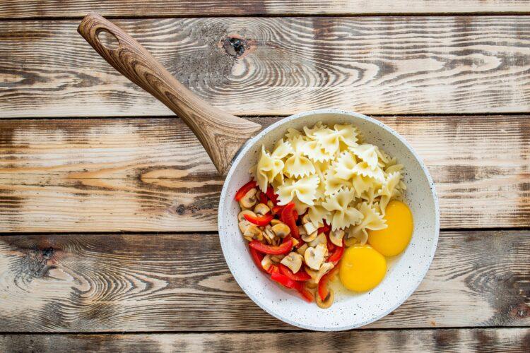 Makaron smażony z warzywami i jajkiem - Krok 3
