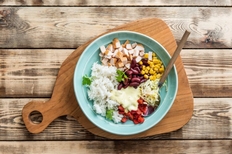 Sałatka ryżowa z wędzonym kurczakiem i czerwoną fasolą z curry - Krok 4