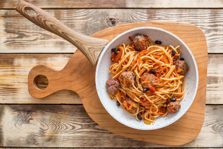 Spaghetti z pulpecikami wołowymi, selerem naciowym, marchewką i czarną fasolą - Krok 4