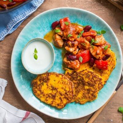Placki z dyni z gulaszem wieprzowym z czerwoną fasolą i papryką