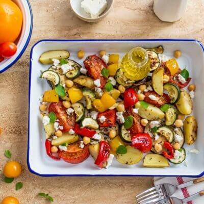 Grecka zapiekanka z cukinią, serem feta i cieciorką