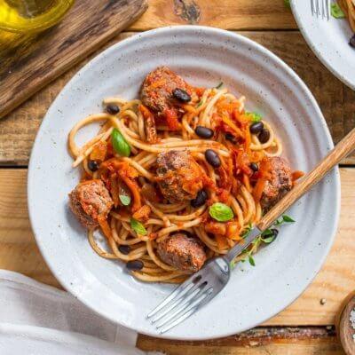 Spaghetti z pulpecikami wołowymi, selerem naciowym, marchewką i czarną fasolą