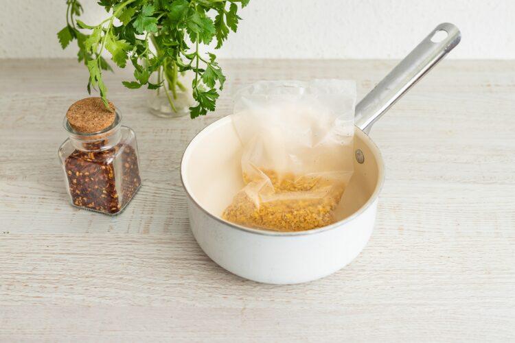 Turecka sałatka z kaszą, pieczonym bakłażanem i cieciorką - Krok 1