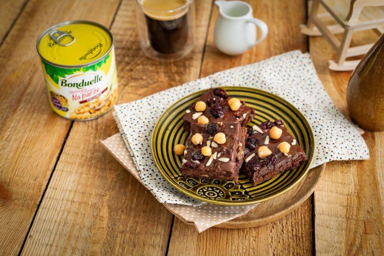 Brownie z cieciorki z żurawiną i migdałami