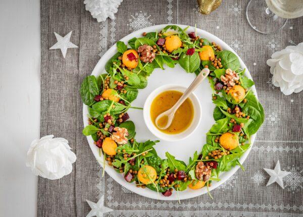"""Sałatka """"świąteczny wieniec"""" z pieczonym batatem, soczewicą i buraczkami"""