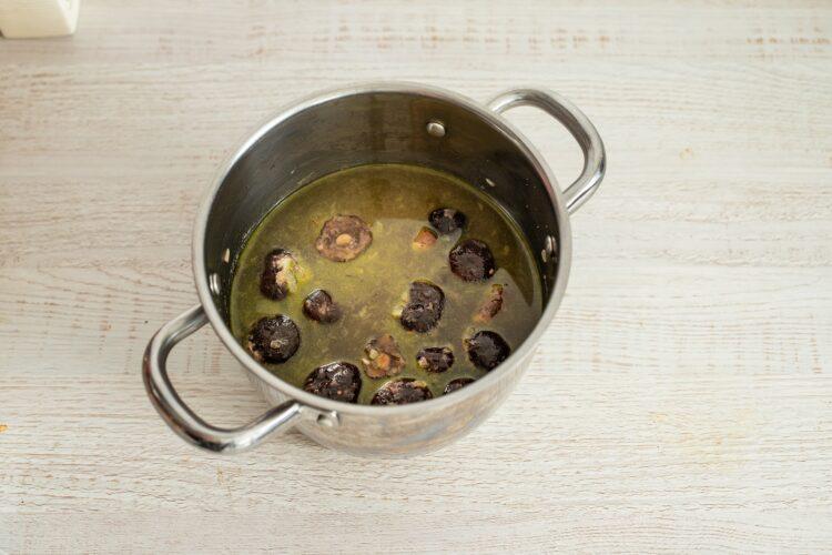 Zupa rybna z grzybami i szpinakiem - Krok 2