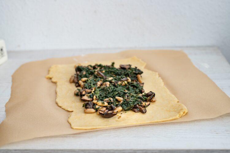 Kulebiak ze szpinakiem, grzybami i fasolą - Krok 4