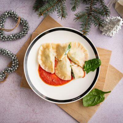 Pierogi ze szpinakiem i ricottą w sosie pomidorowym