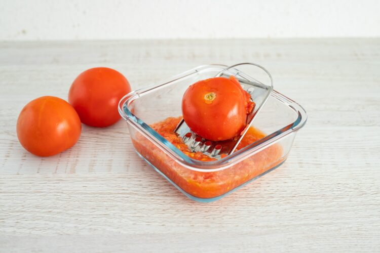 Krem z pomidorów z makaronem z soczewicy i marchewki - Krok 1