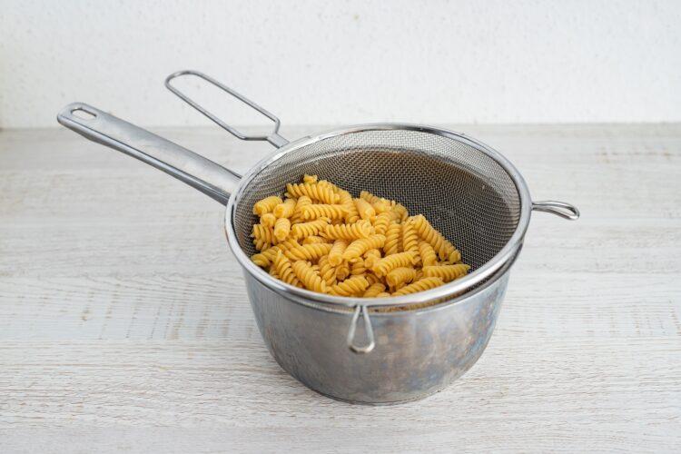 Caponata z makaronem z cieciorki i kukurydzy - Krok 1