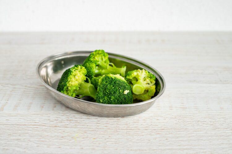 Zapiekane gniazdka makaronowe z brokułami i jajkiem - Krok 1