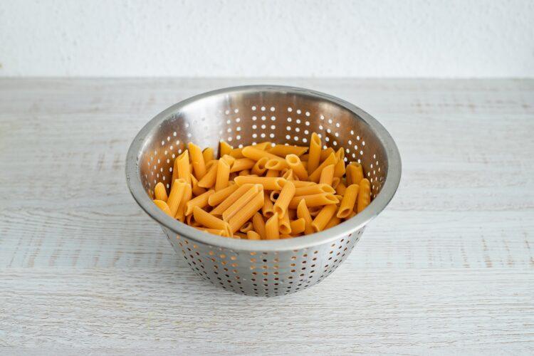 Kalafior zapiekany w sosie serowym z makaronem z soczewicy i marchewki - Krok 1