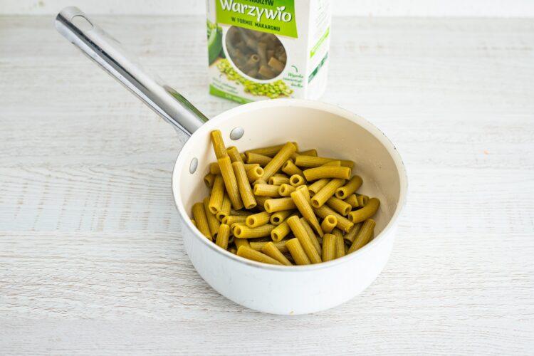 Sałatka brokułowa z serem i makaronem z groszku i cukinii z dressingiem koperkowym - Krok 1