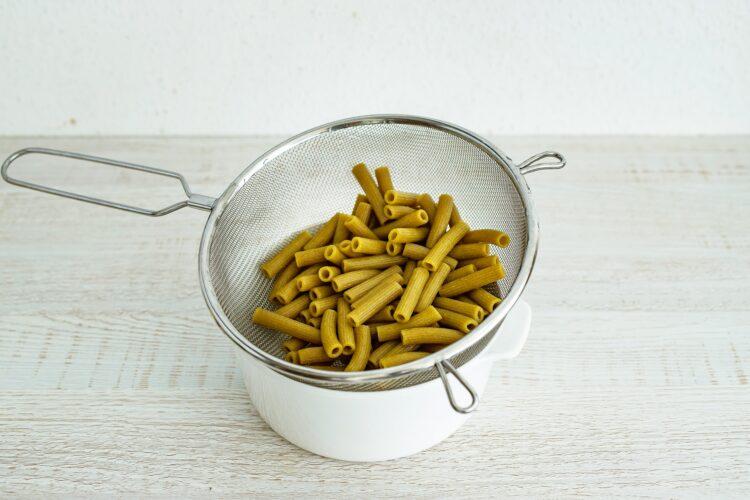 Żółte curry z dyni i kalafiora z makaronem z groszku i cukinii - Krok 1