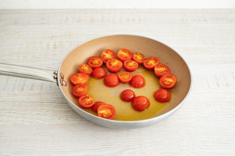 Frittata z makaronem warzywnym, pomidorami i ricottą - Krok 2